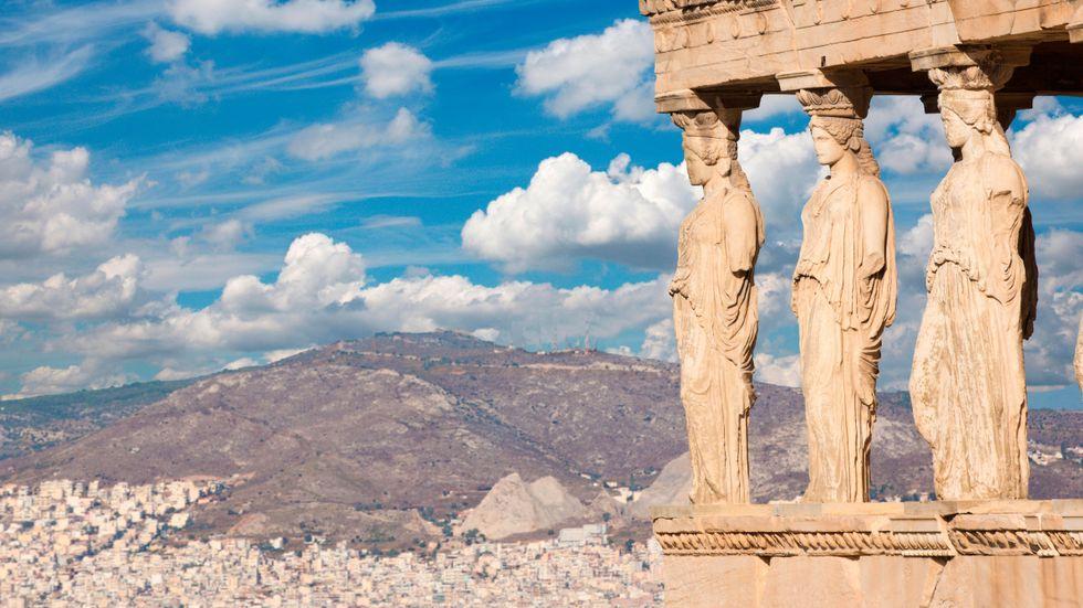 Statyerna vid Erechteion-templet på Akropolis blickar ut över dagens Aten.