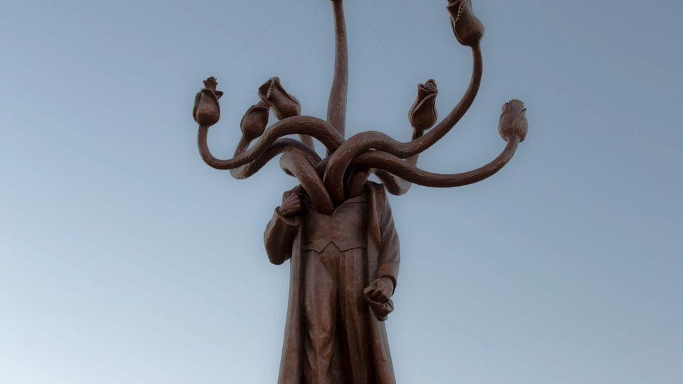 Hydran var ett mytologiskt monster med flera huvuden, där varje avhugget huvud ersattes av två nya. Staty av Lenin i form av en hydra, Bukarest.