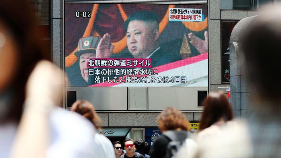 En bild på Nordkoreas diktator Kim Jong-Un visas på japansk tv. Arkivbild.