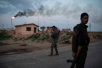 USA kommer att ha kvar en militär närvaro vid oljefält i östra Syrien. Här står soldater från den kurdledda SDF-alliansen vakt vid ett tidigare IS-kontrollerat fält i februari i år. Arkivbild.