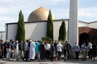 Antalet döda i terrordåden i Christchurch stiger sedan en turkisk man avlidit av sina skador. Här anländer personer till den drabbade al-Noor-moskén en dryg vecka efter attacken. Arkivbild.