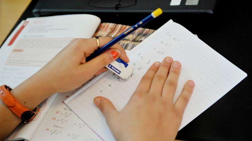 Vi löser inte skolans utmaningar genom idealiserande tillbakablickar. Vi behöver istället blicka framåt, skriver artikelförfattaren.