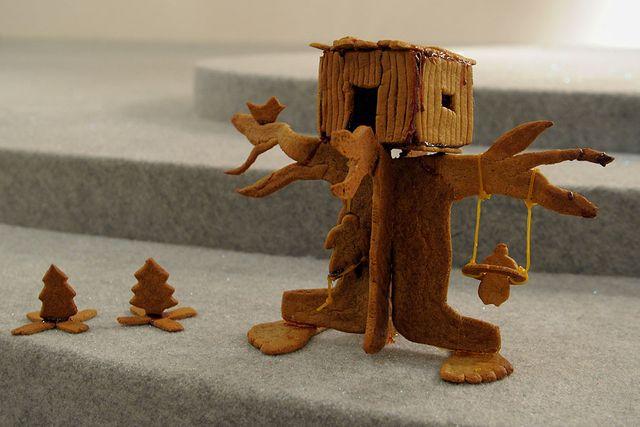 Varför bygga ett vanligt hus? I pepparkakshusbyggen finns inga gränser. Så vad sägs om en koja högt upp i ett träd? Bygget var ett av bidragen på  Arkitekturmuseets årliga pepparkakshusutställning 2010.