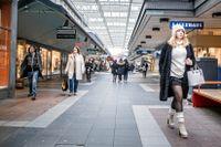 Allhelgonaaftonen lockade kunder till Vällingby centrum, trots skärpta coronaråd.