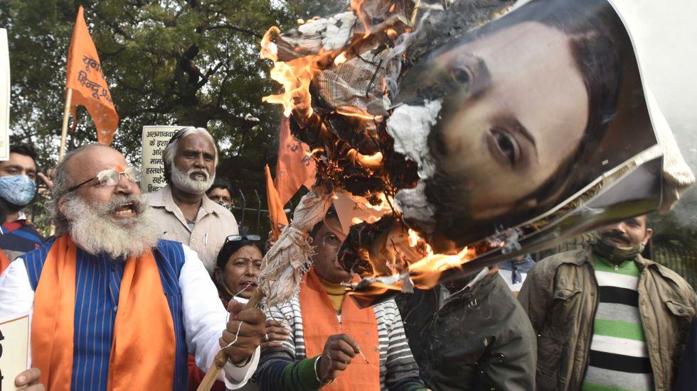 Hindunationalistiska demonstranter bränner bilder av Greta Thunberg i New Delhi.
