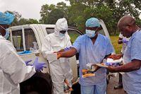 Skyddsutrustning delas ut till sjukvårdare i Monrovia i Liberia, den 16 augusti 2014.