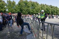 Motdemonstrationen i Malmö mot Svenskarnas partis torgmöte pressar på polisavspärrningen.