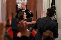 En anställd i Vita huset försöker att ta bort mikrofonen från Jim Acosta, sedan han och president Donald Trump hamnat i ordväxling.