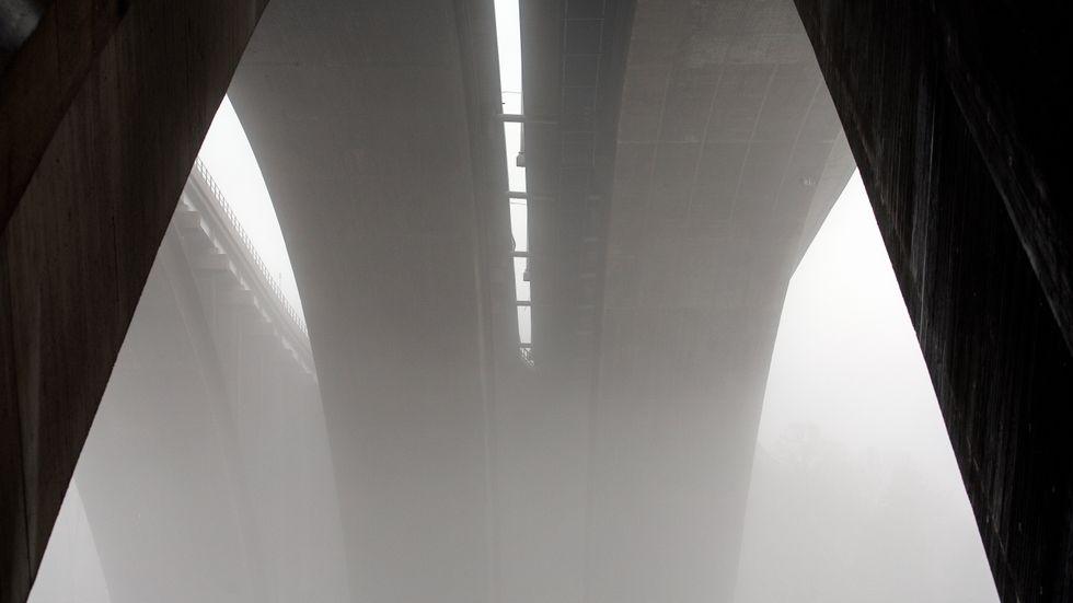 Det är inte möjligt att byta ut betong mot trä när vi exempelvis vill bygga stora broar eller förstärka tunnlar, skriver artikelförfattaren. På bilden syns Tranebergsbron i Stockholm.