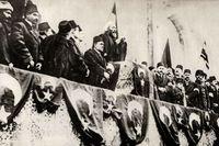 Ürgüplü Mustafa Hayri Efendi förklarar heligt krig vid Fatih-moskén i Konstantinopel, 14 november 1914.