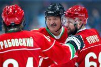Belarus president Aleksandr Lukasjenko, mitten, har haft en vän i hockeyordföranden Dmitrij Baskov. Men nu stängs Baskov av från all ishockey i fem år, uppger Internationella ishockeyförbundet. Arkivbild.
