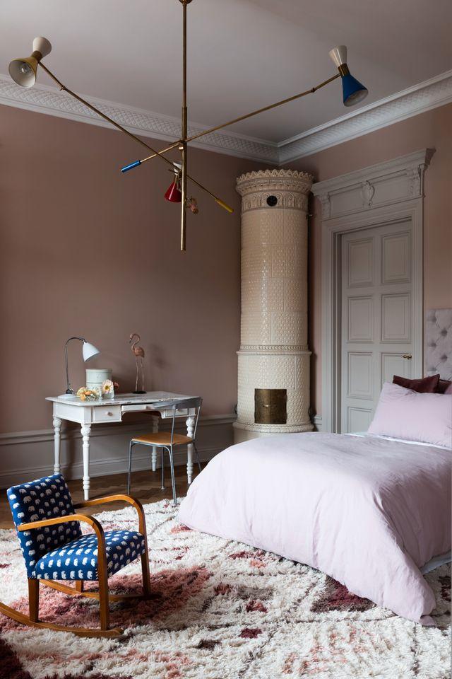 Lägenheten har kakelugnar i varje rum. I dottern Biancas rum är det rosa toner som gäller. Mattan kommer från Layered och taklampa är köpt på Dusty deco.