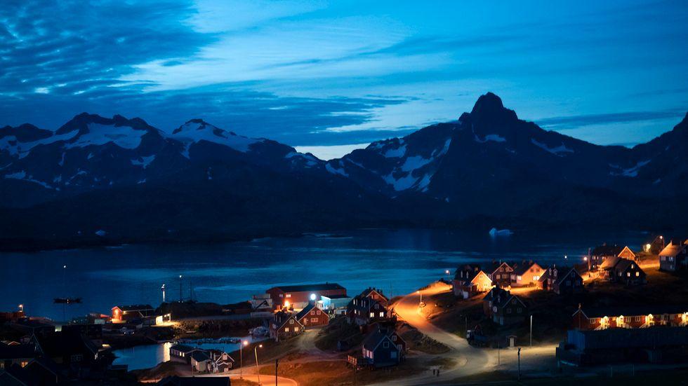 Hus i kvällsmörkret i Tasiilaq, Grönland.