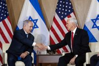 USA:s vicepresident Mike Pence (till höger) skakar hand med Israels premiärminister Benjamin Netanyahu.