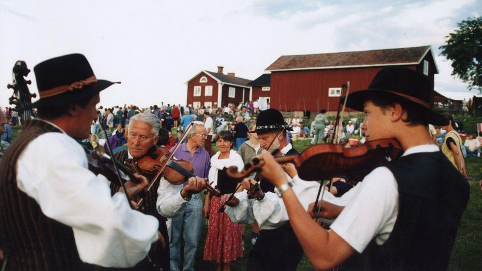 I Musikverkets samlingar finns bland annat exklusiva ljudinspelningar av folkmusik och intervjuer med musiker som riskerar att gå förlorade. Bilden är tagen på Bingsjöstämman i Dalarna 1994.