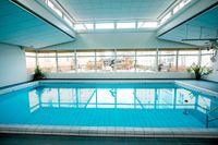 Här, i den egna poolen, kan dagen starta för de boende på Pauvres Honteux i Fredhäll.