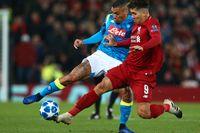 Napolis Allan och Liverpools Roberto Firmino i kamp om bollen – och avancemanget i Champions League. Det blev den sistnämnde som knep en åttondelsfinalsbiljett.