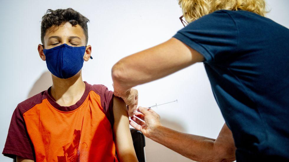 I Norge får yngre barn en dos vaccin – men i Sverige kommer barnen erbjudas två doser.