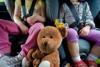 Låt barnen ta med gosedjur som reskamrater. Och glöm inte några leksaker.