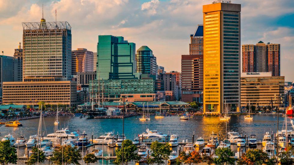 Enorma hotell och dyra bostadsrätter breder ut sig i Baltimores hamn. Klyftan mellan denna stadsdel och den övriga, till stor del försummade, staden växer.
