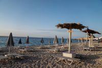 Tomma solstolar på turistön Samos i början av juni. Nu varnar EU:s smittskyddsmyndighet för stor spridning av covid-19 i den grekiska övärlden. Arkivbild.