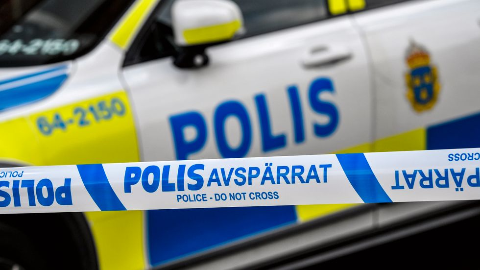 En man har hittats med stickskador utomhus i Åkersberga. Arkivbild.