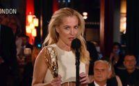 """Gillian Anderson tillhör """"The crown""""-vinnarna vid Emmygalan. Hon fick priset för bästa kvinnliga biroll i en dramaserie."""