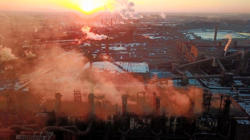 Ett kolkraftverk i den sibiriska Kemerovo-regionen stängs sedan det fallit svart snö. Här är ett annat ryskt kolkraftverk i Tjeljabinsk. Arkivbild från mars 2018.