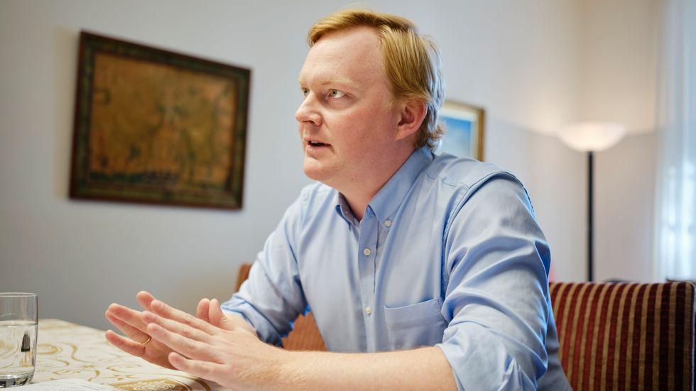 Det ska inte ta två år att väcka åtal om ekobrott i en bostadsrättsförening så som i Malmö, säger Dennis Wedin, bostadsborgarråd (M) i Stockholm.