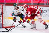 Johannes Salmonsson i en duell mot Frölundas David Printz. Timrå åkte på sjätte raka förlusten, men Salmonsson har inte gett upp hoppet om att slippa kvalspel.