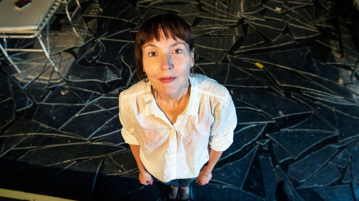 Regissören Natalie Ringler får SvD:s Thaliapris 2021 för två djärva samtidsskildringar på Teater Galeasen i Stockholm.