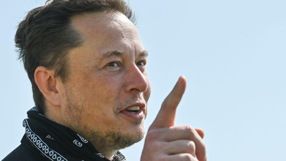 Elon Musk i samband med ett besök i Grünheide, Tyskland, där Tesla ska bygga en fabrik för sina Tesla-modeller. Arkivbild.