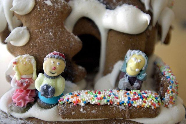 Figurer avsedda till tårtor fungerar utmärkt som människor i pepparkaksbyn. Ministrössel sätter färg på bänkarna.