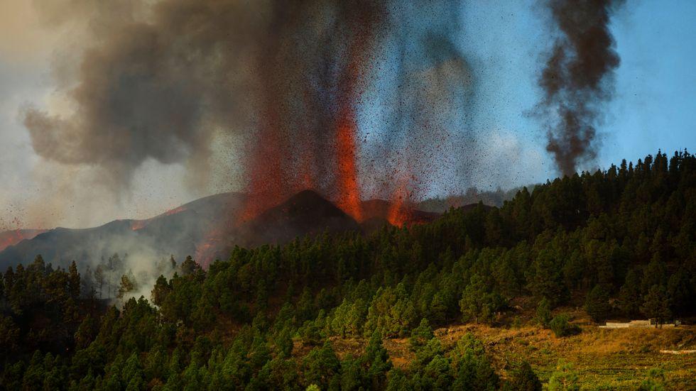 Lava sprutas upp från vulkanen Cumbre Vieja på kanarieön La Palma. Utbrottet startade på söndagseftermiddagen.