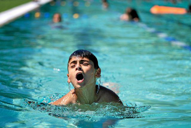Ahmed tränar på att simma bröstsim. Den här dagen ska de köra flera längder. Foto: Lars Dareberg