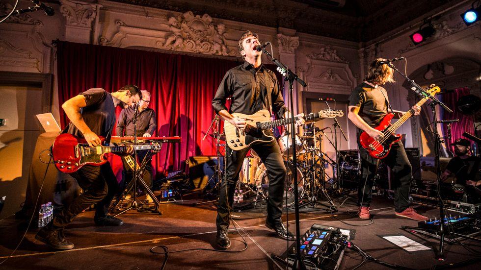 """Jimmy Eat World hade ett kommersiellt genomslag i början av 2000-talet med albumet """"Bleed American"""". I dag är bandmedlemmarna i 40-årsåldern, men gruppen släpper fortfarande skivor. Senaste albumet """"Integrity Blues"""" släpptes i oktober 2016."""