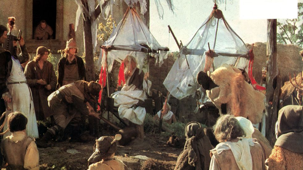 """Hur man tar reda på om någon är en häxa. Scen ur """"Monty Python and the Holy Grail""""."""