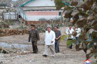 Kim Jong-Un på en bild från förra veckan vid en inspektion av ett tyfondrabbat område.