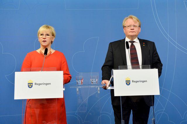 Margot Wallström och Peter Hultqvist meddelar att Sverige erbjuder Frankrike militära flygtransporter, men inte spaning med Gripenplan. De var förmodligen inte överens från början, men utrikesministern drog längsta strået. Vem som sitter i Arvfurstens palats har en avgörande betydelse för svensk försvars- och säkerhetspolitik.