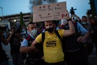 Polis för bort en Barçasupporter i samband med protesterna vid Camp Nou på onsdagen.
