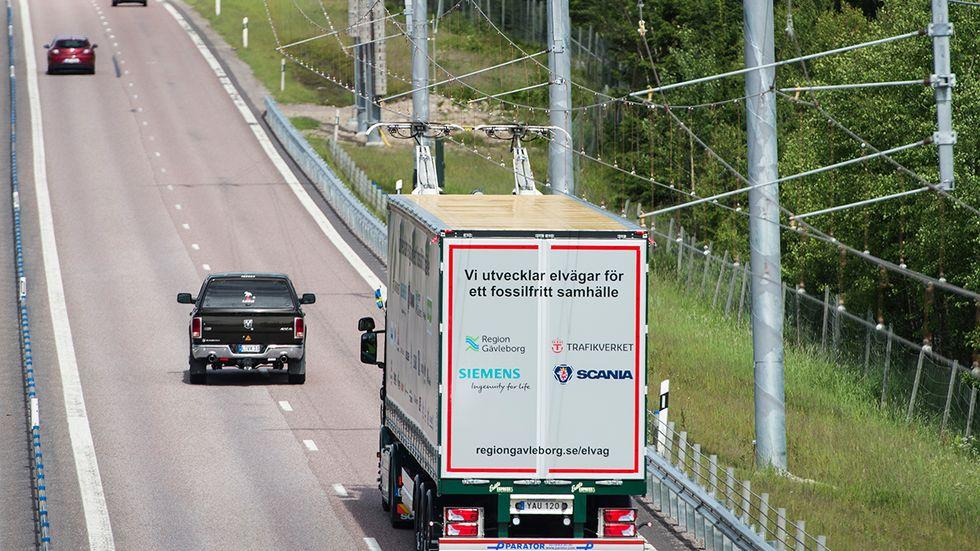 En två kilometer lång sträcka på E16 utanför Sandviken är elektrifierad som en del i ett försök. Tanken är att lastbilstransporter skall kunna gå på el.
