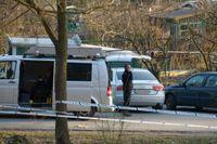 Polisens tekniker vid den bil där en man hittades död, troligen skjuten, i norra Stockholm på lördagen.