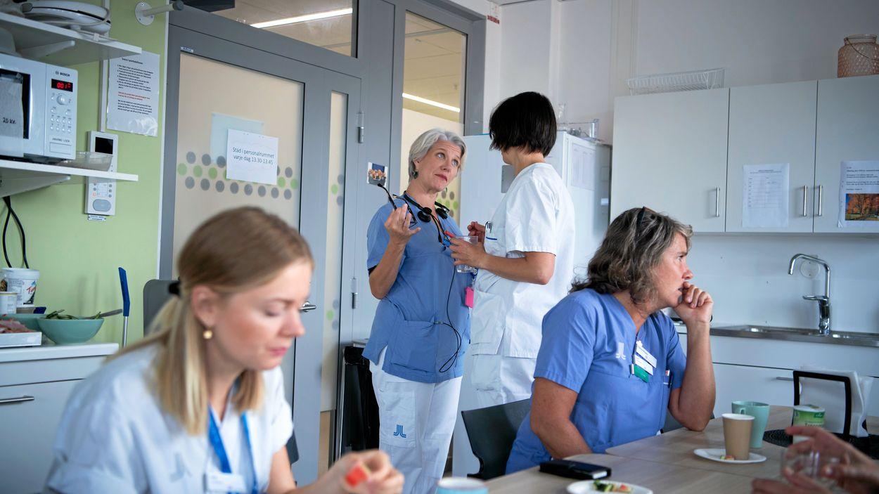 Under fredagsfikat passar Anja Lundström på att ge en kollega feedback.