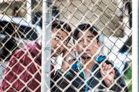 Malik Shehzaid och Hussain Jamil i flyktinglägret Vathi. SvD intervjuar pojkarna via mobiltelefon genom taggtrådsstängslet eftersom polis förbjuder direkta samtal.