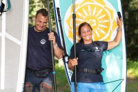 SUP-instruktörerna Peter Brynger och Helena Starkenberg på Dalarö.