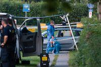 Polis och kriminaltekniker på plats efter att två svenska män skjutits ihjäl i en bil i Köpenhamnsförorten Herlev i tisdags kväll.
