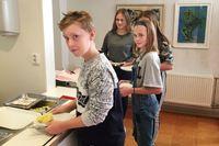 """Oscar, Wilma, Mathilda och Mirja går på Röbroskolan, där matsvinnet har minskat jättemycket sedan sophinken togs bort. """"Det var sjukt hur mycket vi slängde"""", säger Oscar."""
