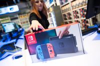 Frida Bergendal plockar fram den nya spelkonsolen Nintendo Switch på Webhallen på Sveavägen i Stockholm.
