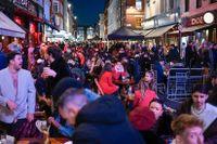 I april fick pubar, affärer och frisörsalonger öppna i England, med vissa begränsningar. På måndag slopas de flesta kvarvarande virusrestriktionerna.