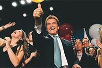Arnold Schwarzenegger firar sin jordskredsseger. Foto: Robert Galbraith/Reuters